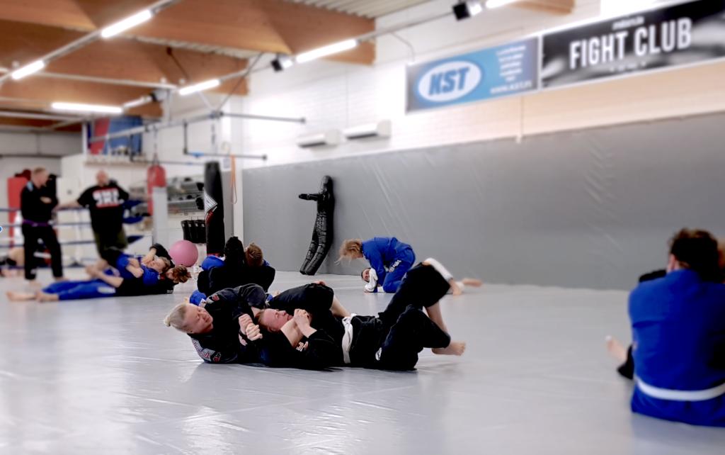Käsilukoista kokeilukulttuuriin. Brasilian jujutsu, Jyväskylä Fight Club.